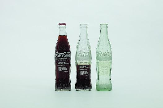 • Decalques em silk-screen em garrafas retornáveis de Coca Cola. Elas voltavam à circulação com uma mensagem que questionava o regime ou mesmo com instruções para fazer um coquetel Molotov.