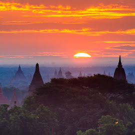 The morning by Khun Myo Than Htun - Landscapes Sunsets & Sunrises ( sunrise, morning, bagan, sun, misty )
