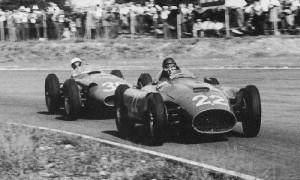 Stirling Moss persegue Juan Manuel Fangio