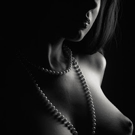 Nikolart | Pearls by Reto Heiz - Nudes & Boudoir Artistic Nude ( nude, black and white, pearls, lowkey, portrait )