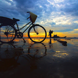 Hello new day! by Amateur Pic - Transportation Bicycles ( dotuan, sand, dawn, bike, thanhhoa, sea, vietnam, sunrise, fisherman, amateurpic )