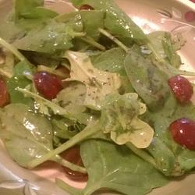 Arugula and Romaine Salad with Red Grapes