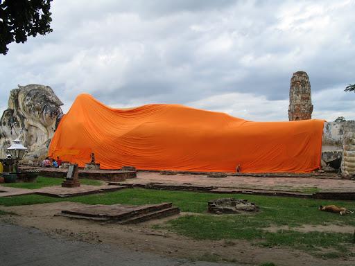 A tu znów leżący Budda