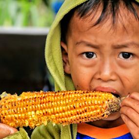 Makan JAgung by Daril Sugito - Babies & Children Children Candids