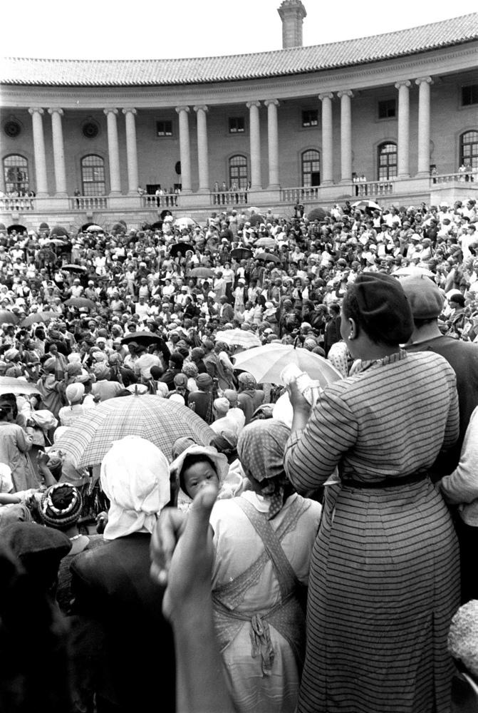 Frauen versammeln sich vor dem Büro des Premierministers