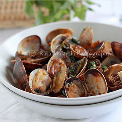 Hoy Lai Ped (Spicy Clams in Thai Roasted Chili Paste)