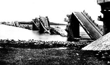 唐山地震时滦河大桥破坏,天津至唐山的交通中断