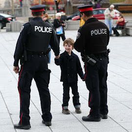 Boy thanks police by Chris Hofley - News & Events World Events ( canada, police, ottawa, kids, war )