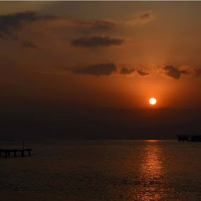 sunrise pulau tidung...wonderfulll...no edit.. by Dwi Ratna Miranti - Landscapes Sunsets & Sunrises
