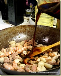 pouring sauce for fried hokkien mee