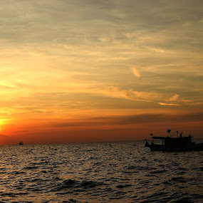 sea sunsets by Khairur Rijal Pauzi - Landscapes Sunsets & Sunrises ( sea canon theboat sunsets )