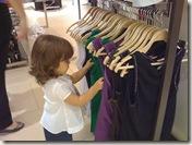 Clara escolhendo roupa
