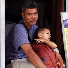 fatherly love  by Emily Lei - Novices Only Portraits & People ( protection, love, bali, indonesia, family, portrait, father )