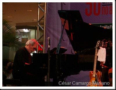 César Camargo Mariano se apresentando