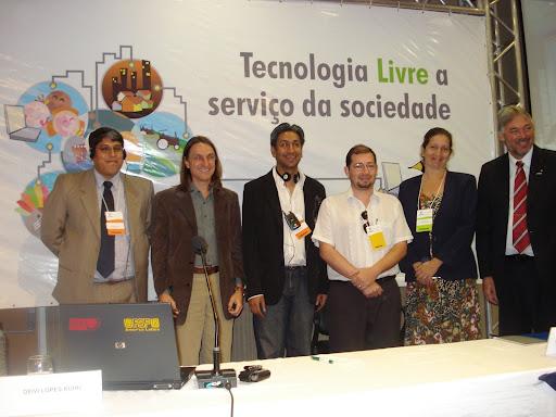 Los  representantes de los hermanos latinoamericanos del Software Libre y un primo Africano