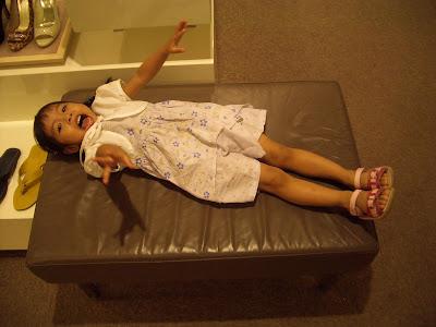 Momo在鞋子專櫃的沙發上高興地翻滾