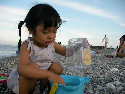 在花蓮七星潭海邊玩砂子