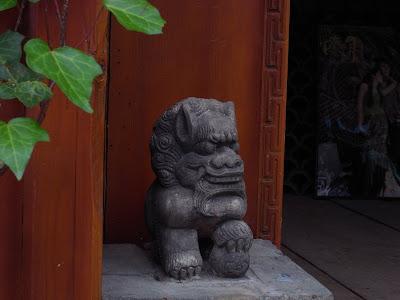 店家门前镇宅的小石狮
