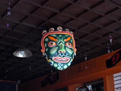 独克宗古城店里的面具