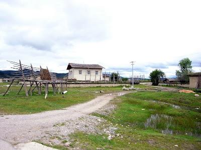 典型的藏区农家,架子是用来晒青稞的