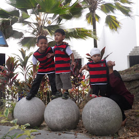 Angkasawan by Amiruddin Zain - People Family ( angkasawan, batu, planetrium, tiga adik, belangmerah )