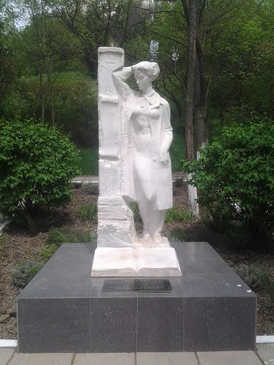 памятник надежде сусловой в алуште мото