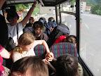 Ve zcela plném autobuse někteří zpříjemňovali spolucestujícím cestu.