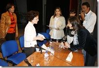 María Dolores García-Minguillán, a la derecha, da instrucciones sobre el desarrollo de una de las actividades.