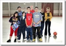 Un grupo de alumnos participantes, posan tras recibir premios, junto a organizadores y profesores.