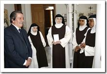 El alcalde charla con algunas de las monjas, entre ellas Sor Cristina (en el centro).