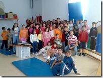 Un grupo de escolares almodovareños, junto al saltador de altura campeón de España y atleta olímpico Javier Bermejo.