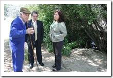 Felipe Ferreiro Alarcón, en primer término, da explicaciones al alcalde y a la primera teniente de alcalde de Almodóvar sobre el curso del río Tablillas.