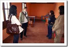 La concejala Beatriz Calvo, junto a monitoras de la ludoteca, en una de las salas acondicionadas para ofrecer el servicio.