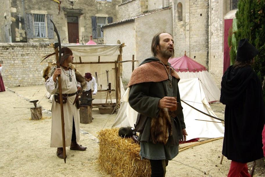 Fête médiévale à Cruas (Ardèche) - devant quelques amateurs de boissons, qui commentent les résultats. Pendant ce temps, la garde vielle…