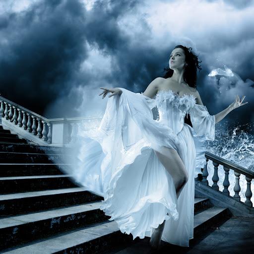 mulher descendo escadas, princesa com vestido branco