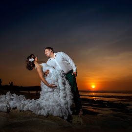 Romantic Couple by Amin Basyir Supatra - Wedding Bride & Groom ( love, bali, prewedding, sunset, wedding, beach )