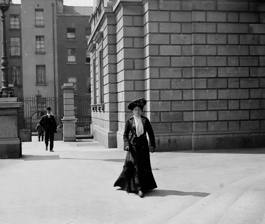 Readers entering the National Library from Kildare Street