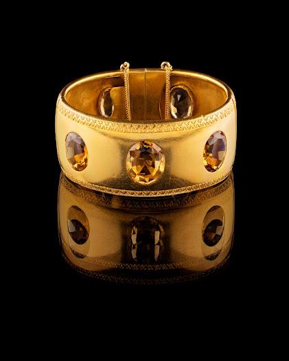 Armbandet var en julklapp från Walther till Wilhelmina, julaftonen år 1866. Halsbandet, till höger, fick hon också i julklapp två år senare.