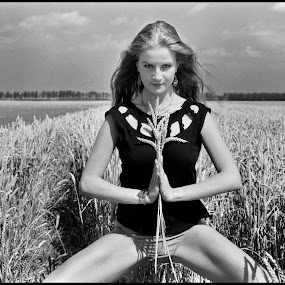 Korenveld by Etienne Chalmet - Black & White Portraits & People ( field, girls, black and white, outdoors, beauty,  )