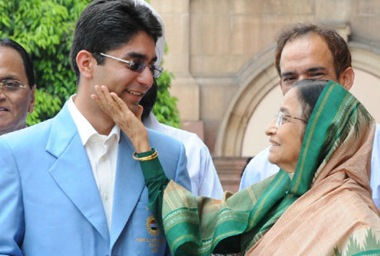 President of India Pratibha Patil greeting Abhinav Bindra