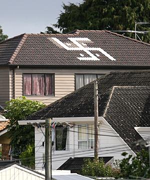 Swastika auf einem Hausdach