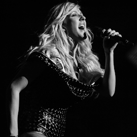 Ellie Goulding live at the O2 by Paul Keeling - News & Events Entertainment ( music, artists, o2, ireland, live performance, irish live music venue, live on stage, dublin, live music, stage lights, celebrities, ellie goulding )