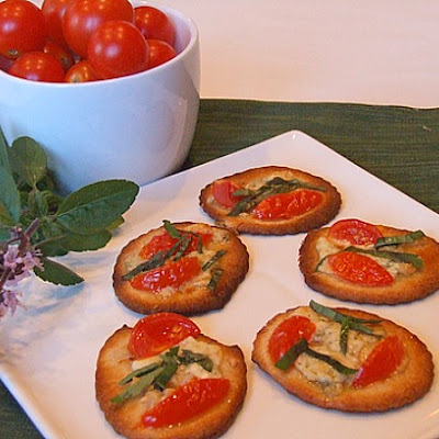 Pizzette with Gorgonzola, Tomato & Basil