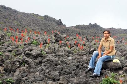 TRABAJO INFANTIL/GUIA TURISTICOUna joven descanza en las faldas del volcan de Izalco despues de aver descenddido el Cerro Verde, los jovenes guias Turisticos realizan este trabajo son goze de sultdo en el Cerro verde, lo unico que los sotiene son las donaciones que les dan los turistas al guiarlos.FOTO DE LP[G, ANA MARIA GONZALEZ