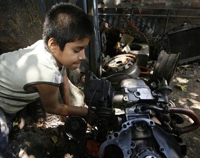 Michael Alexander Castellanos Flores, de 10 años, trabaja por las mañanas en un taller del Bulevar Constitución en San Salvador y estudia por la tarde en la escuela Metropolitana de la Colonia San Ramón. De su trabajo percibe diez dólares a la semana. Foto de La Prensa, Víctor Peña
