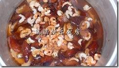 米洗了,浸水加少许橄榄油,然后将腌好的鸡肉, 浸软的香菇和其他材料加入电子饭锅里, 并使用煮饭的设定开始煮.