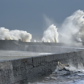 Newhaven Lighthouse. by Mark Bond - News & Events Weather & Storms