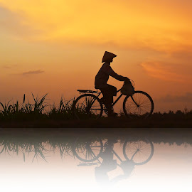 women on bike by Yudi Dhaniwanto - People Street & Candids ( women on bike )
