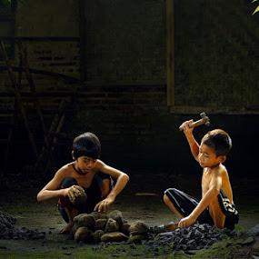 pemecah batu by Ramadhan Bagaskara Arya Parmuka - Babies & Children Children Candids ( batu )