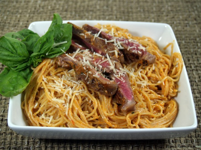 Red Pepper Pesto Sirloin and Pasta Recept | Yummly